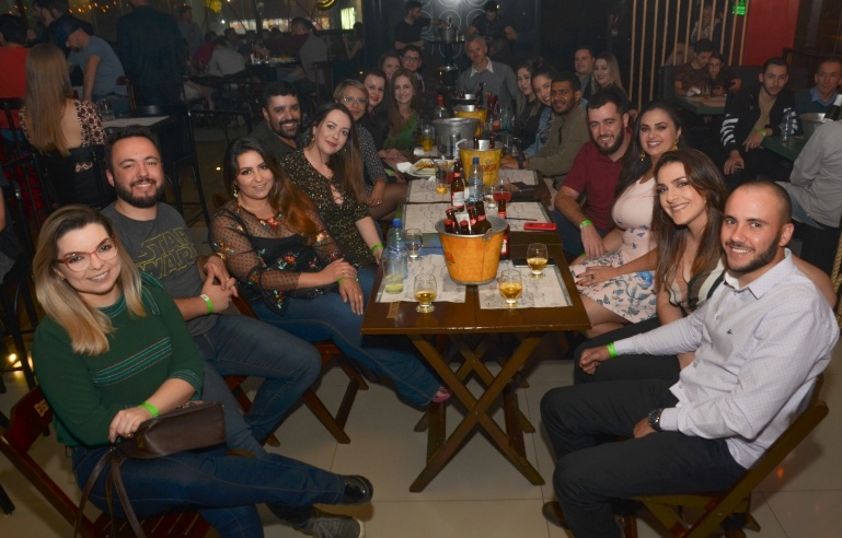 Maria Karolina Freitas celebra aniversário com os amigos